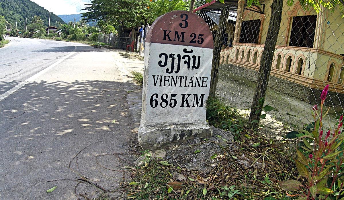 Am Ortsausgang von Luang Namtha steht dieser Stein. Da ich aber nicht direkt gefahren bin, habe ich am Ende ein paar hundert Kilometer mehr auf dem Tacho gehabt. (Foto: Ruti)