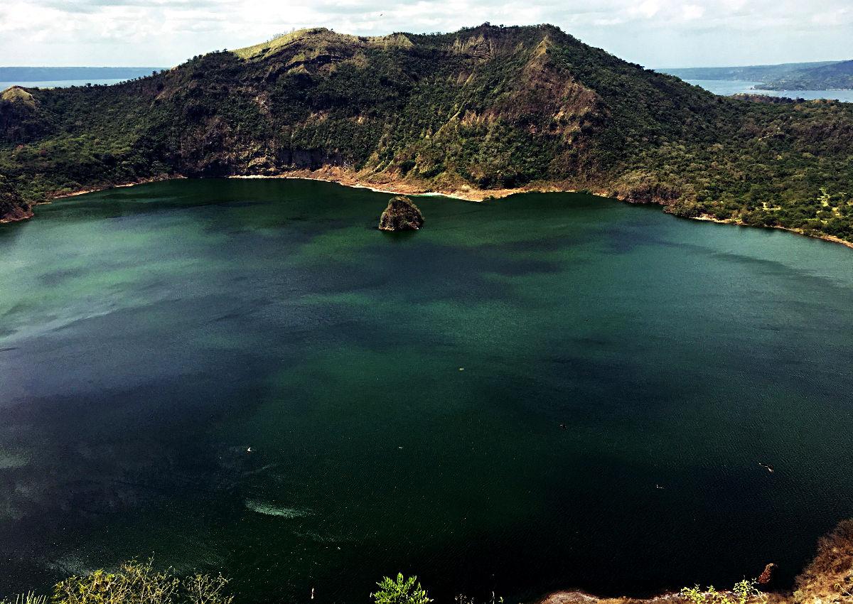 Der Lohn des Aufstiegs auf den Taal Vulkan ist der mit Wasser gefüllte Krater. (Foto: Ruti)