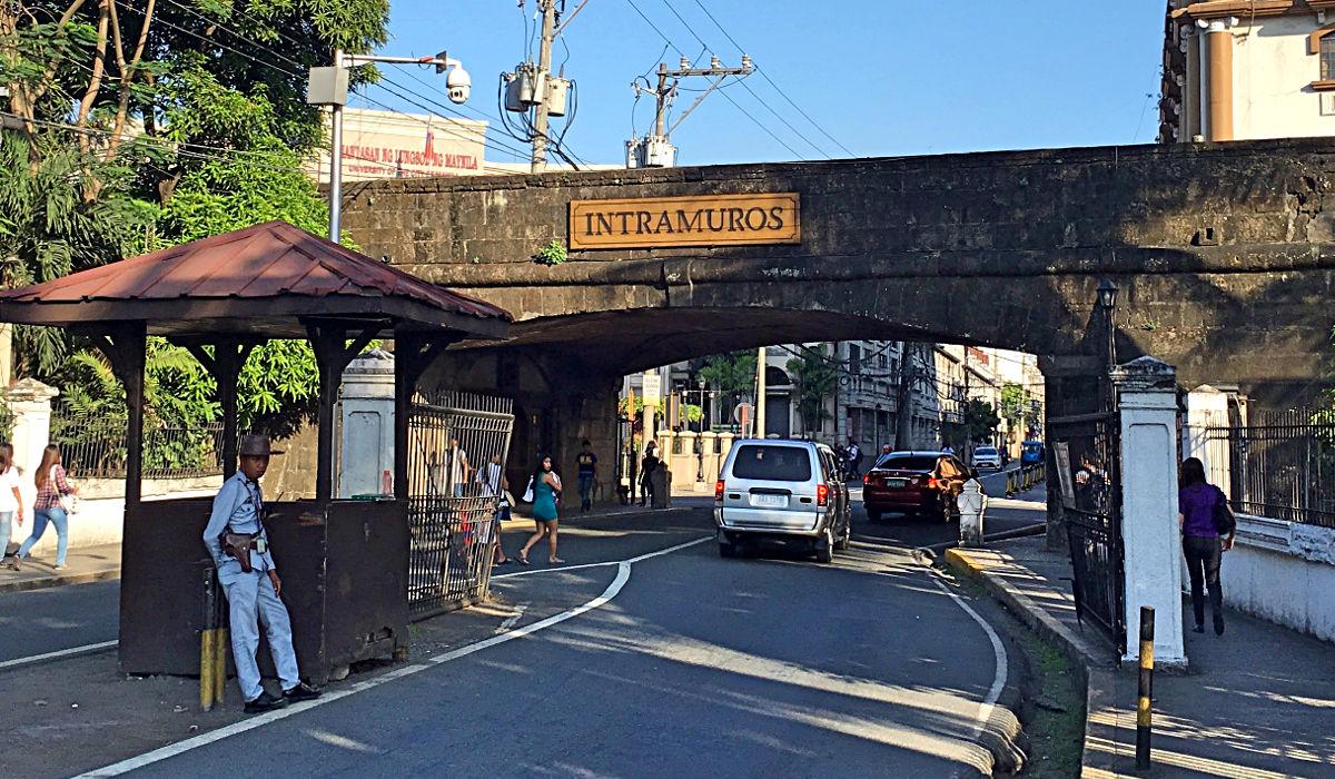 """Der Eingang zum spanischen Kolonialviertel """"Intramuros"""" in Manila. """"Intramuros"""" heißt """"innerhalb der Mauern"""". (Foto: Ruti)"""