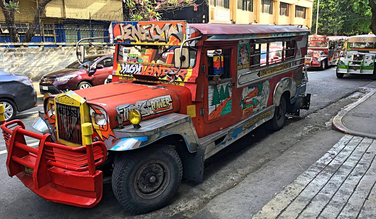 Darf ich vorstellen: ein Jeepney, das typische Sammeltaxi in Manila. (Foto: Ruti)