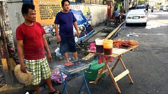 Streetfood in Manila - daneben wird Auto gewaschen. (Foto: ruti)