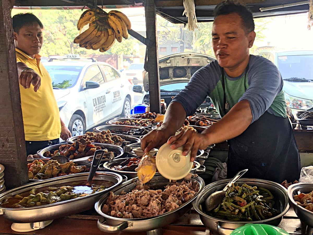 An einem Sightseeing-Tag kann man entweder zu den zahlreichen Fried-Chicken-Läden gehen oder man holt sich Streetfood. So häufig wie in Bangkok sieht man das in Manila allerdings nicht. (Foto: Ruti)