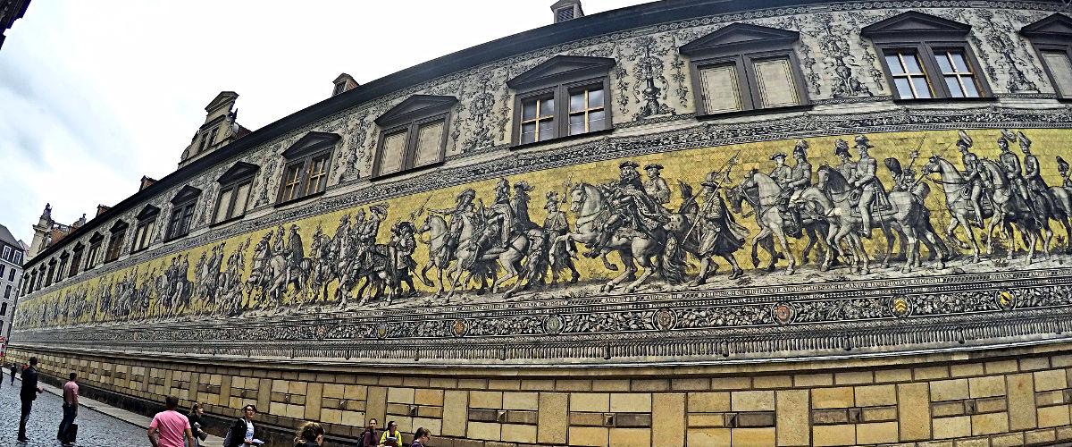 Der Fürstenzug in Dresden auf Meissner Porzellan (Foto: Ruti)