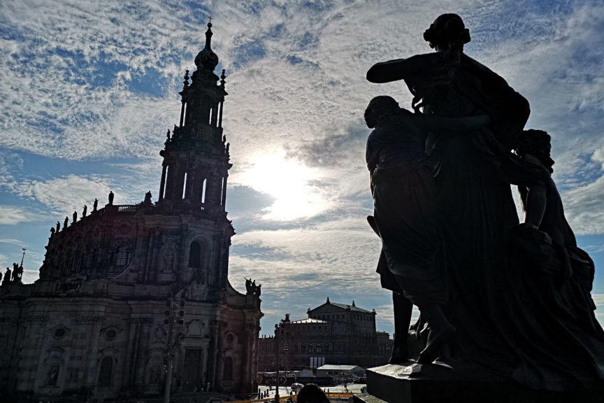 Die katholische Hofkirche vor der Semperoper im Sonnenuntergang von Dresden (Foto: Ruti)