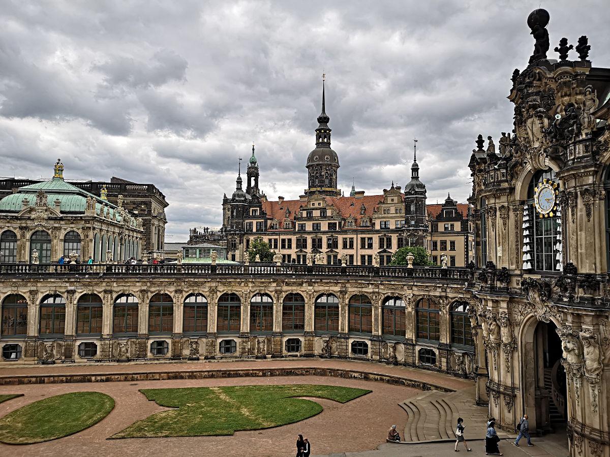 Meissen ist nicht weit. Deshalb gibt es im Zwinger ein Glockenspiel aus Meissner Porzellan (zu sehen rechts an der Uhr). (Foto: Ruti)