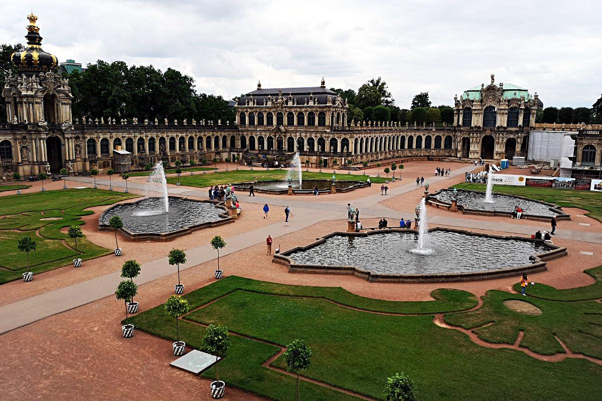 Der Festplatz des Dresdner Zwingers, auf dem es heute Springbrunnen gibt. Drumherum sind einige Museen in den Gebäuden. (Foto: Ruti)