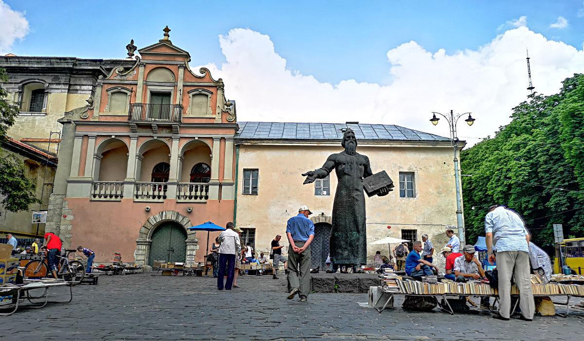 Das Iwan-Fjodorow-Denkmal und der Flohmarkt neben der Dominikanerkirche in Lwiw. (Foto: Ruti)