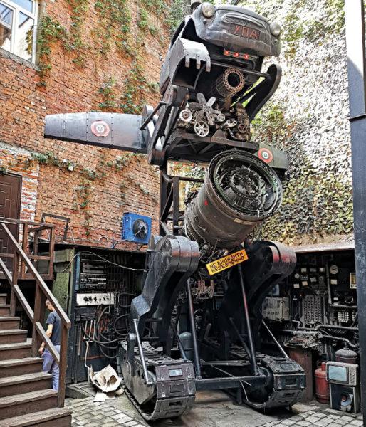 Eine seltsame Kampfmaschine des Ukrainischen Widerstands im Restaurant Kriyvka in Lemberg. (Foto: Ruti)