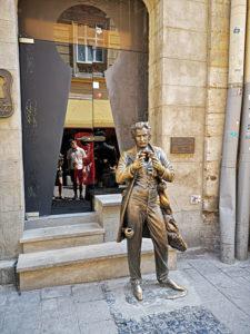 Die Statue von Leopold von Sacher-Masoch mit dem Eingriff der besonderen Art (zu erahnen auf der rechten Seite seiner Hose). (Foto: Ruti)