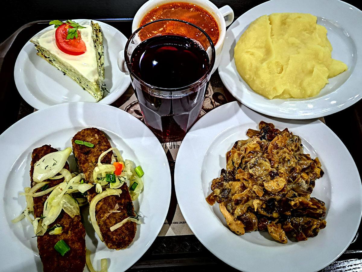 Günstiges und typisch-ukrainisches Essen gibts im Selbstbedienungs-Restaurant Pusata Chata in Lemberg. (Foto: Ruti)