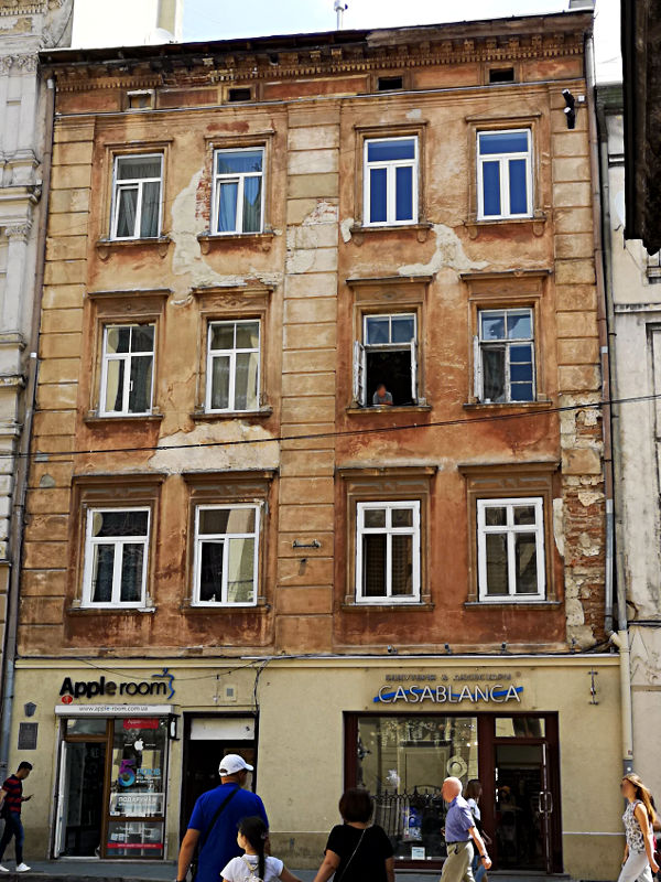 Auch solche leicht verfallene Häuser prägen das Stadtbild von Lemberg. Und sie sind keinesfalls versteckt. Dieses hier befindet sich direkt auf dem Marktplatz gegenüber des Rathauses. (Foto: Ruti)