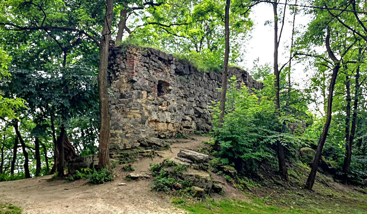 Der Schlossberg in Lwiw ist eher etwas für die Aussicht, denn alles, was vom einstigen Schloss übrig ist, ist diese Mauer. (Foto: Ruti)