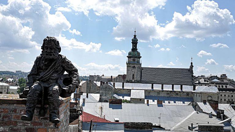 Schonrsteinfeger-Denkmal auf dem Dach des Legenden-Hauses in Lemberg in der Ukraine. (Foto: Ruti)