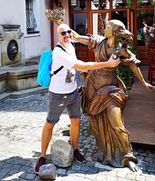 Eine Hand an die Titte - das setzt dem Trinker die Krone auf - zumindest in Lwiw. (Foto: Ruti)