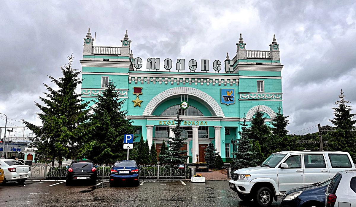 Wer in Russland schon mal Zug gefahren ist, weiß: Dieses Türkis ist die typische Farbe der Bahnhöfe. Dieser hier ist der in Smolensk. (Foto: Ruti)