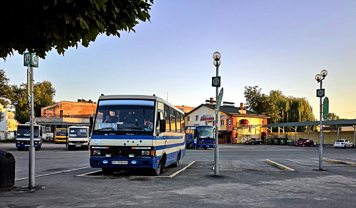 Dieser Bus brachte mich vom ukrainischen Lwiw ins weißrussische Brest - also nicht der links vorne, sondern der rechts hinten. (Foto: Ruti)