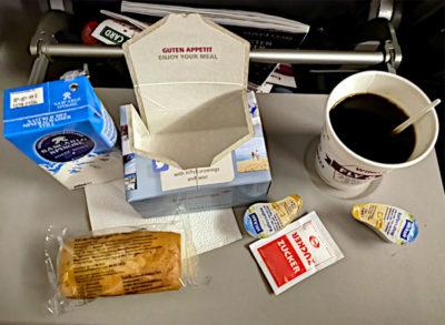 Im Smart-Tarif von Eurowings gibts ein kleines Essen auf dem Flug von Hamburg nach Keflavik auf Island. (Foto: Ruti)