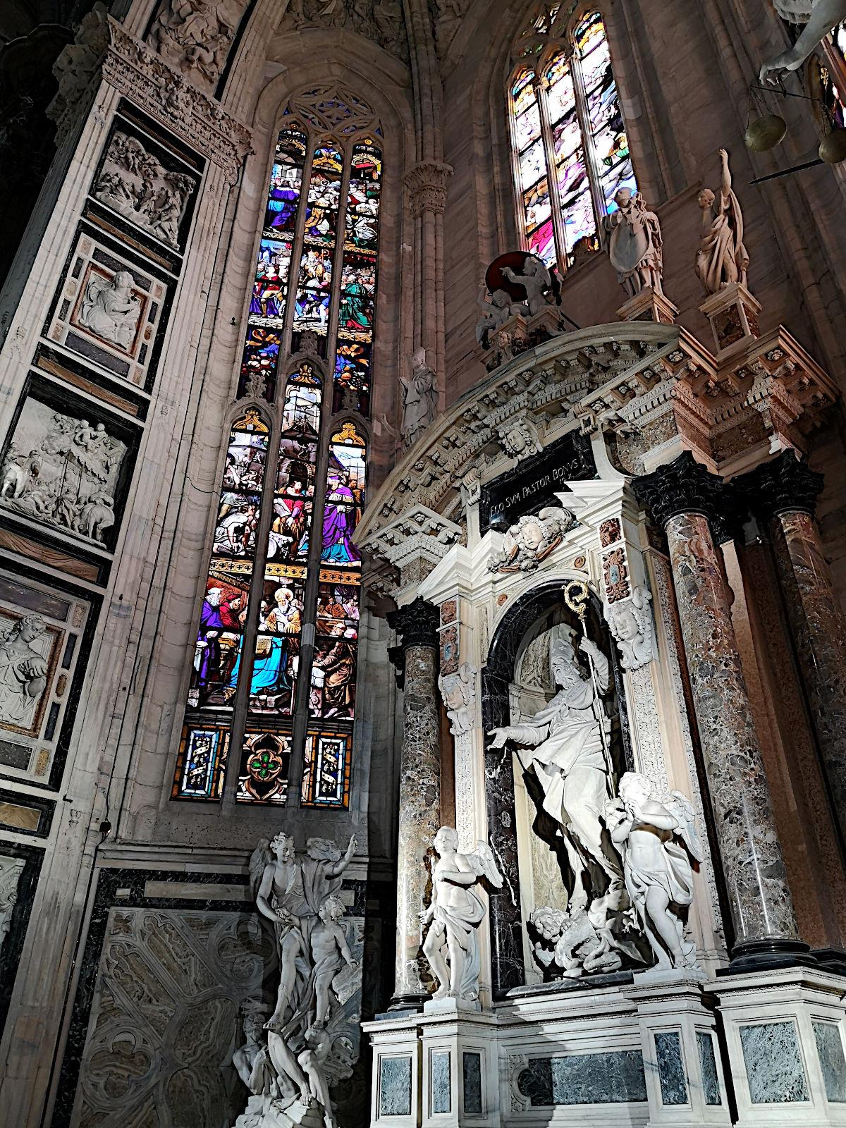 Die Fenster wurde von der Sonne bunt erleuchtet und bildeten einen tollen Kontrast zum inneren Grau des Gotteshauses. (Foto: Ruti)
