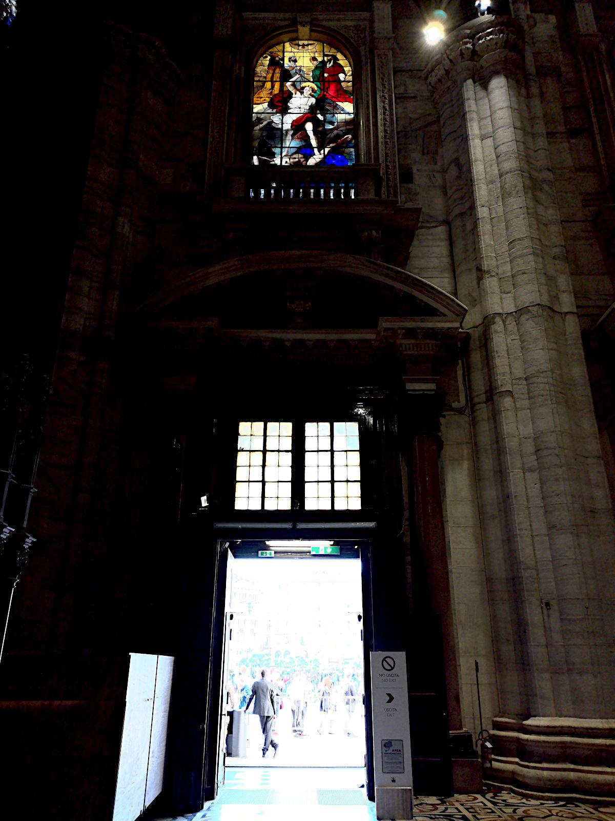 Das gleißende Licht drängte durch die Türen des im inneren dunklen Doms. (Foto: Ruti)
