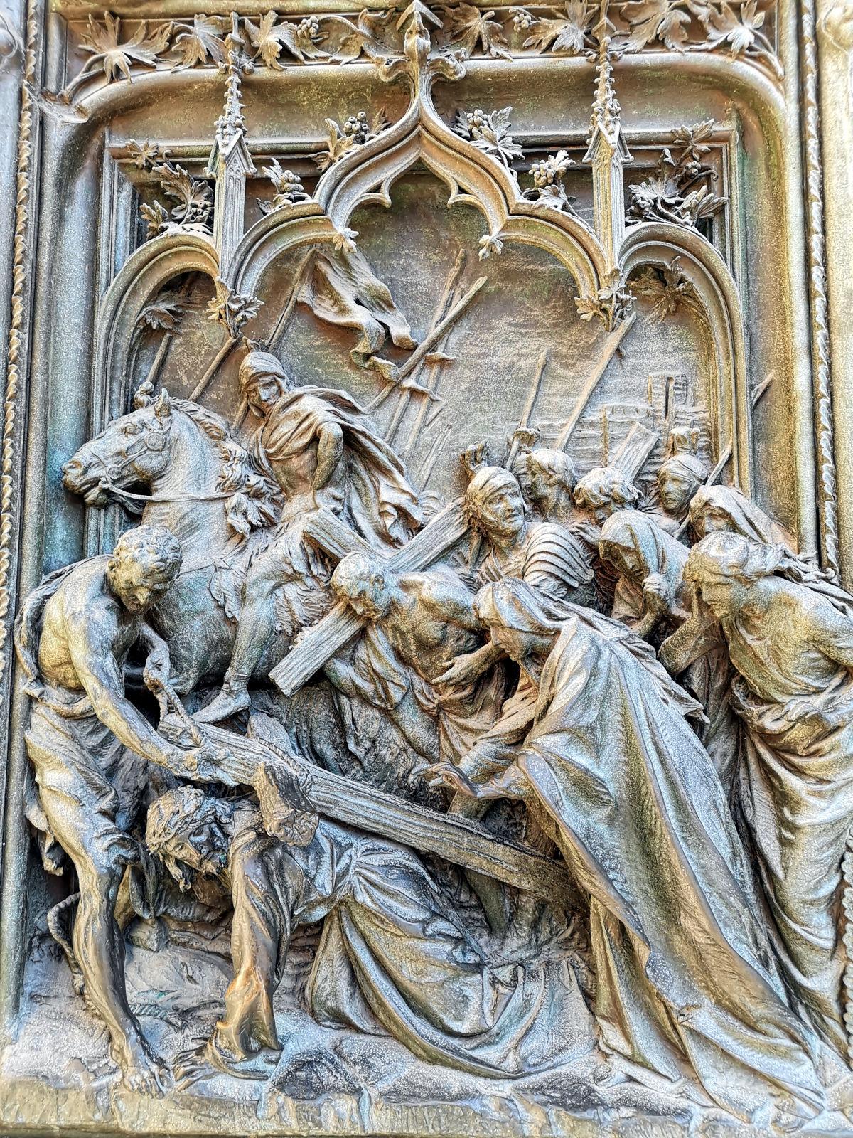 An der Türen des Doms befinden sich viele Szenen aus der Bibel. Einige von ihnen werden gerne berührt, weil das Glück bringen soll. Ich habe eine andere fotografiert, damit sie nicht so traurig ist und auch mal Aufmerksamkeit erhält. (Foto: Ruti)