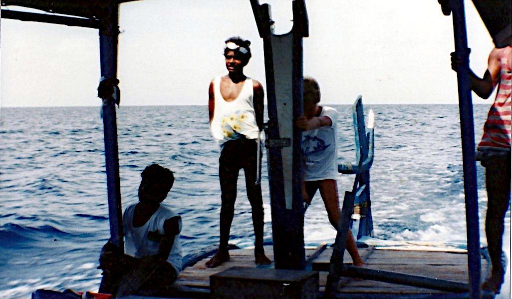 Klein Ruti beim übt sich im Jahre 1989 im Dhonifahren. (Foto: Ruti)