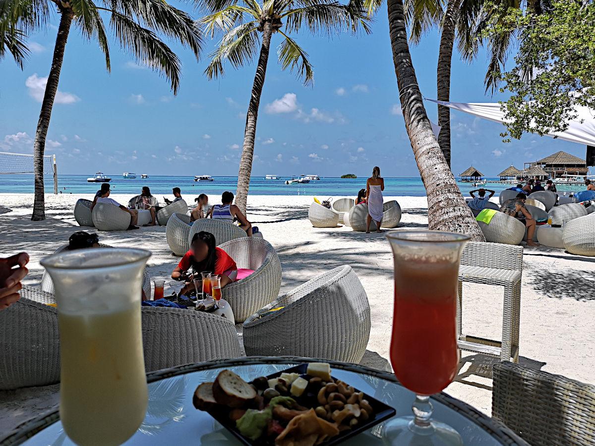 Mit ein paar Snacks und Cocktails ließ sich dieser weiße Strand und das türkisfarbene Meer besser ertragen. (Foto: Ruti)