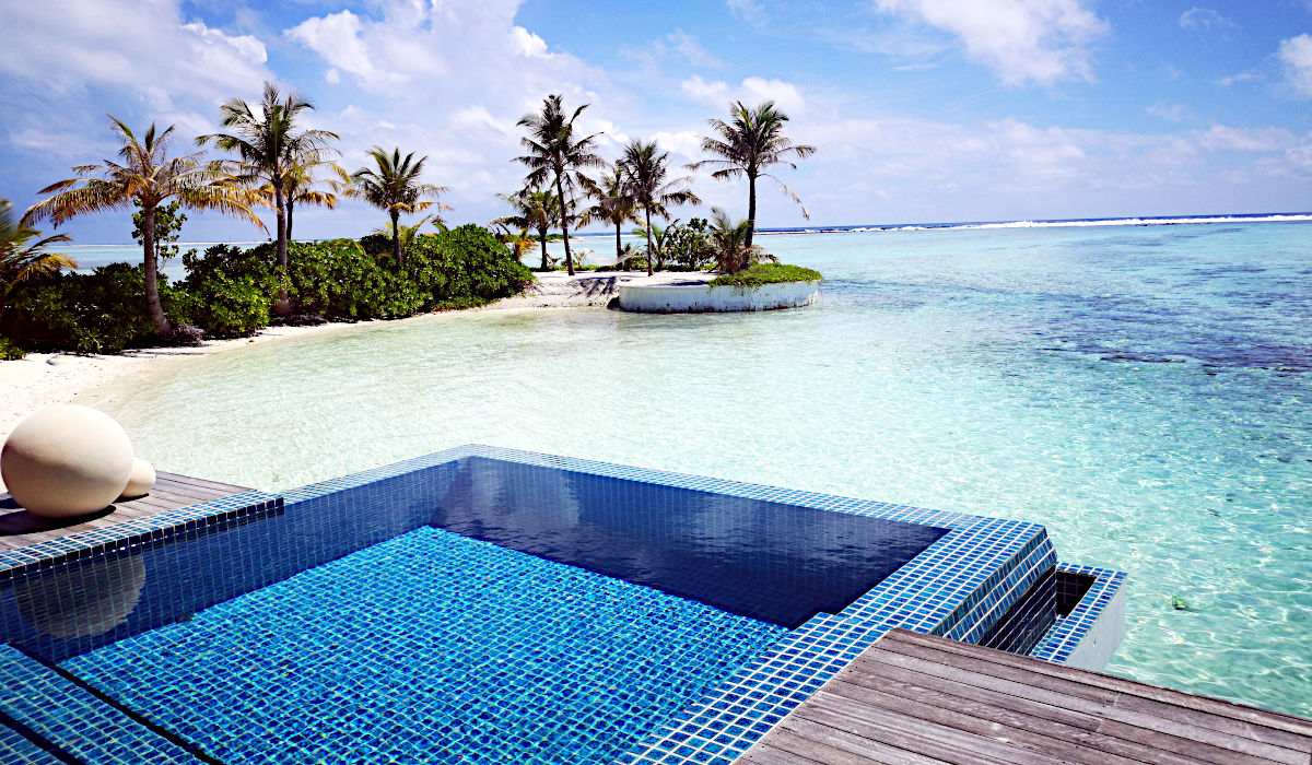 Dies ist die überragende Terrasse von einem Wasserbungalow der Club-Med-Insel Finolhu. (Foto: Ruti)