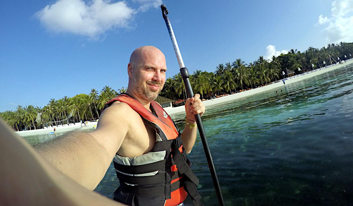 Ein bisschen Stand-up-Paddling im Club Med Kani - Schwimmweste war Pflicht. (Foto: Ruti)