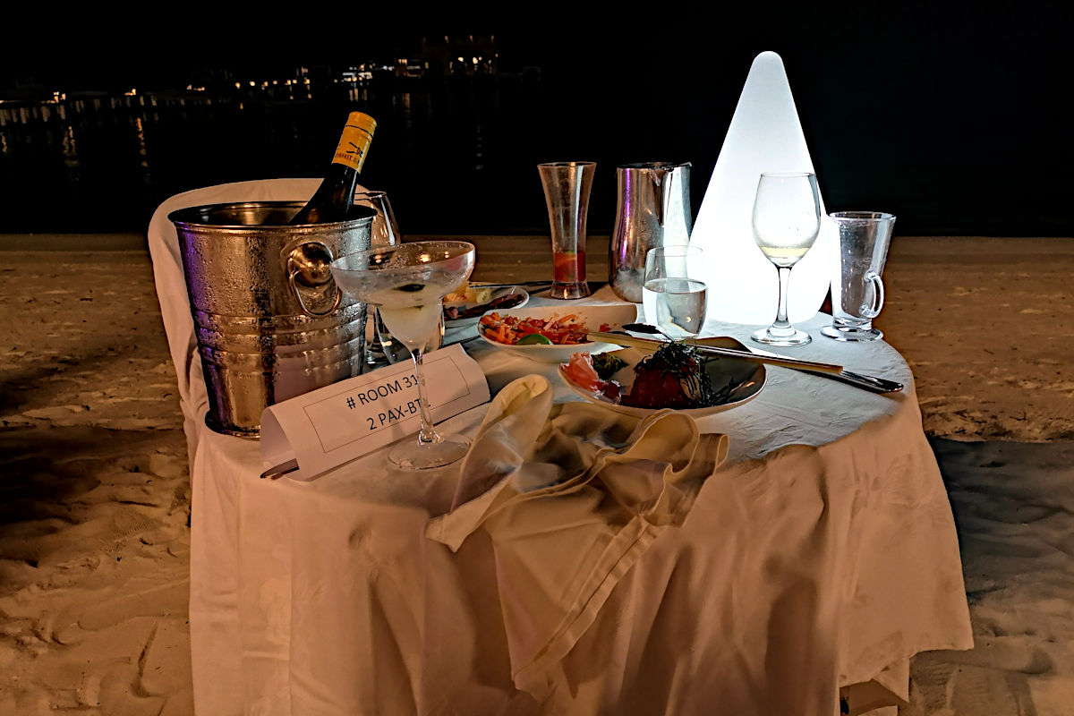 Abendessen direkt am Strand (Foto: Ruti)