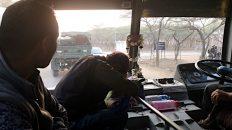 Auf dem Weg nach Jaisalmer sehe ich deutlich mehr Militär-Fahrzeuge als zuvor in Indien. (Foto: Ruti)