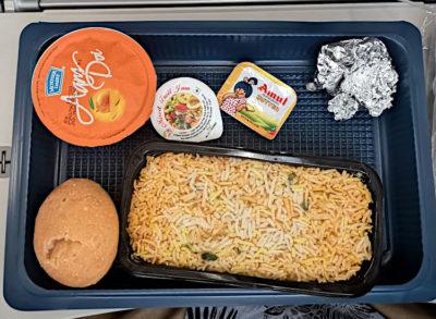 Unter dem Reis sind Hühnchen-Stücke versteck. Das Ganze gabs bei Air Italy auf dem Flug von Neu-Delhi nach Mailand im März 2019 (Foto: Ruti)