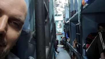 Bei der indischen Eisenbahn hat man eine halbe Pritsche reserviert, wenn man Pech hat. (Foto: Ruti)