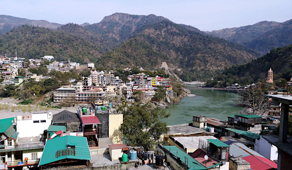 Blick über Rishikesh und den Ganges von der Dachterrasse meines Hostels aus (Foto: Ruti)