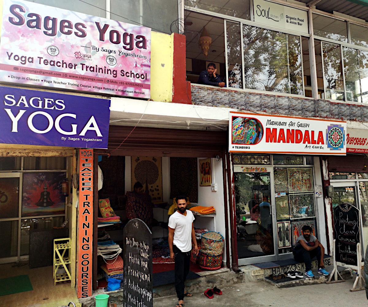 Yoga-Schulen und Mandalas - zwischen Ram Jhula und Lakshman Jhula entspricht Rishikesh dem Hippie-Klischee. (Foto: Ruti)