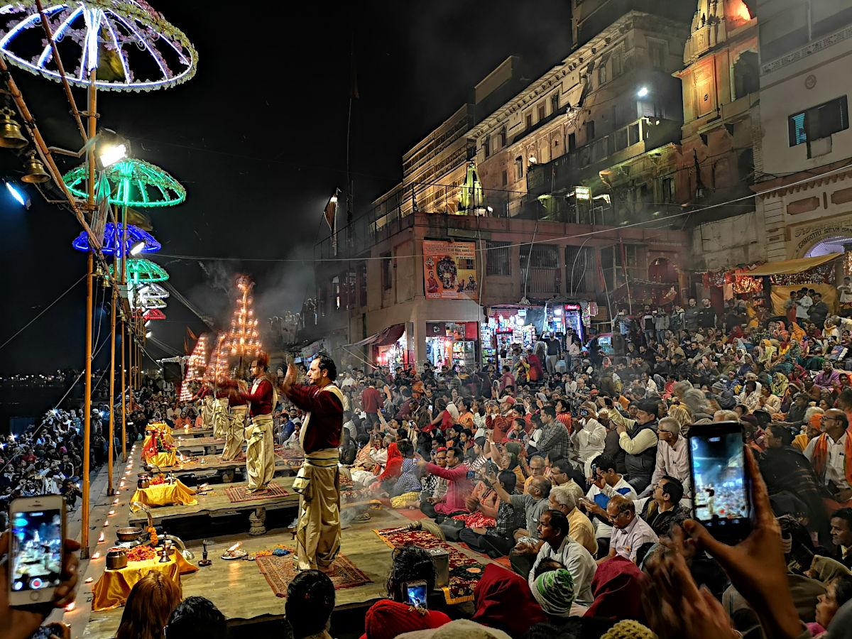 Jeden Morgen und jeden Abend findet in Varanasi eine heilige Zeremonie am Ufer des Ganges statt. Sie wird Aarti genannt. (Foto: Ruti)