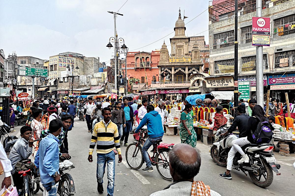 Auf der Hauptstraße in Varanasi ist von dem Flair der Ghats nichts zu spüren, obwohl sie nur wenige Minuten entfernt sind. (Foto: Ruti)
