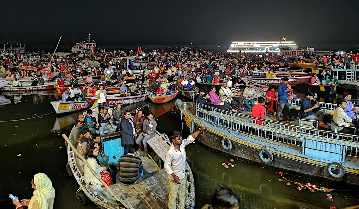 Unzählige Boote versammeln sich vor dem Ghat, um dem Aarti beizuwohnen. (Foto: Ruti)