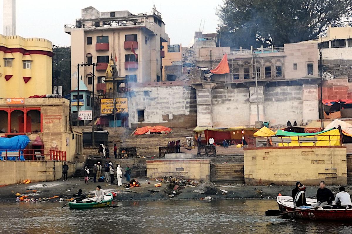 Eines der beiden Burning Ghats in Varanasi. Hier werden die Leichen verbrannt. (Foto: Ruti)