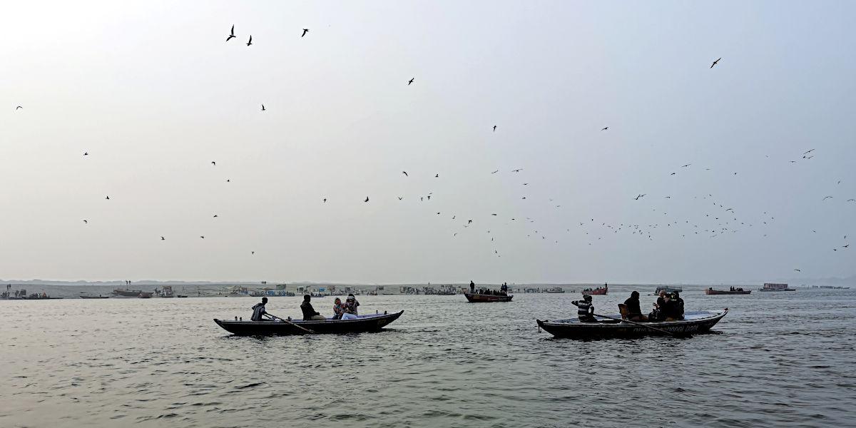 Während am linken Ufer des Ganges mehr passiert, als das Gehirn verarbeiten kann, liegt das rechts Ufer brach. (Foto: Ruti)