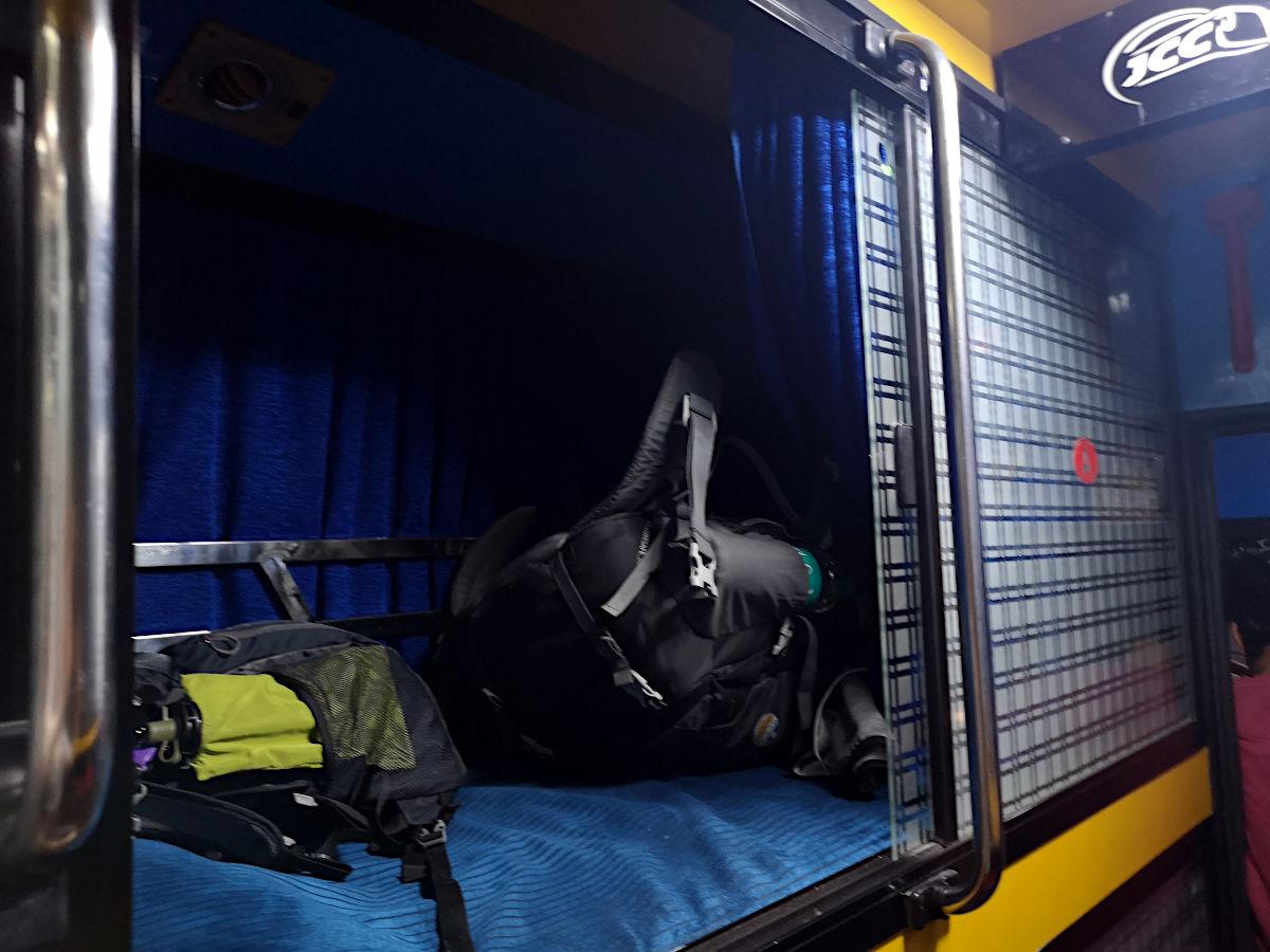 Der Nachtbus in Indien ist eine relativ komfortable Angelegenheit, wenn man weiß, dass man sein Gepäck nicht in seiner Kabine verstauen muss und dass es kein Klo an Bord gibt. (Foto: Ruti)