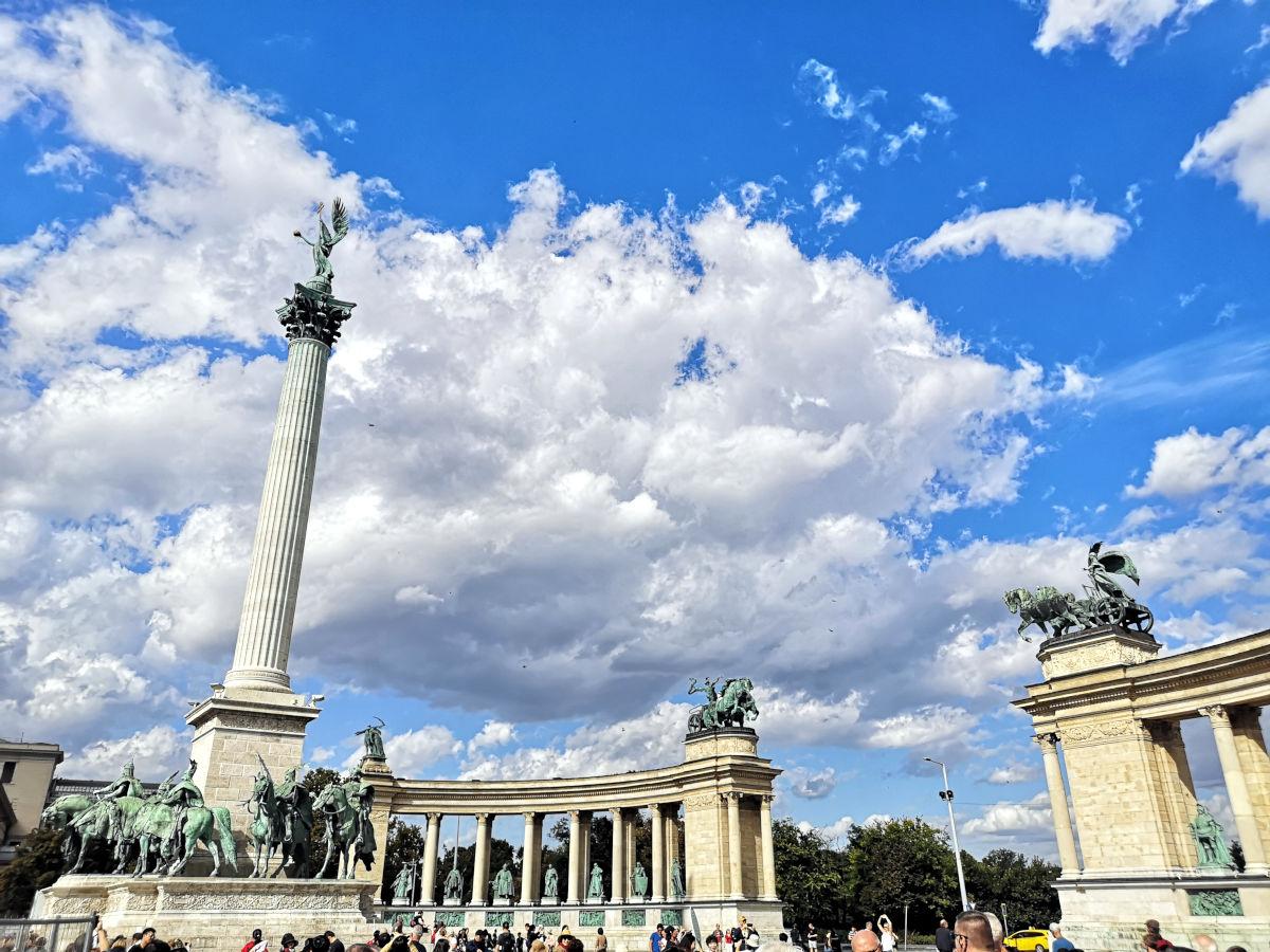 Bei meinem zweiten Besuch in Budapest war das Wetter so viel besser. Da erstrahlte auch der Heldenplatz in einem ganz anderen Licht. (Foto: Ruti)