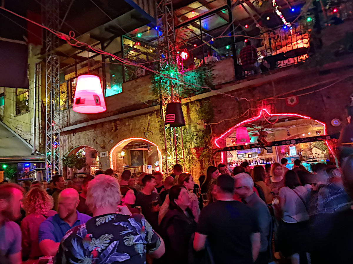 Das Szimpla Pub in Budapest bei Nacht (Foto: Ruti)