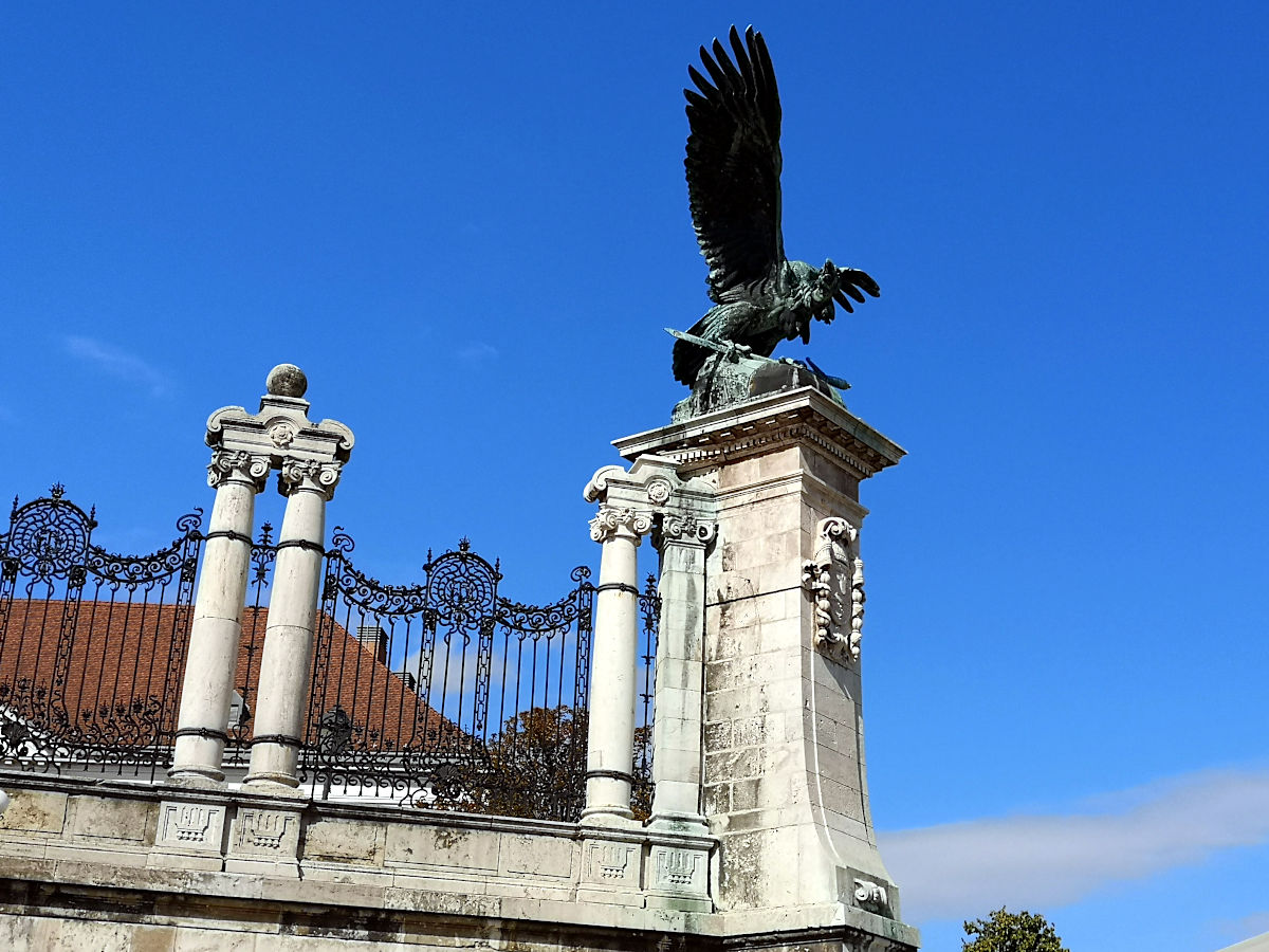 Der Turul ist ein Vogel-Fabelwesen von dem die Ungarn abstammen und das ihnen gesagt hat, sie sollten dort eine Stadt gründen, wo er das Schwert fallen ließ. Das war über Budapest. (Foto: Ruti)
