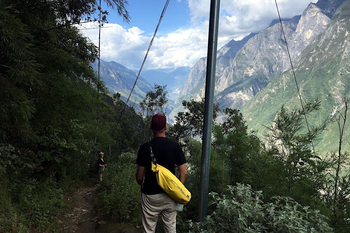 Mein Overboard-Drybag bei einer Wanderung in China - ich glaube, man kann erkennen, dass er sehr schmal ist und ihm ein zweiter riemen gut tun würde. (Foto: Ruti)