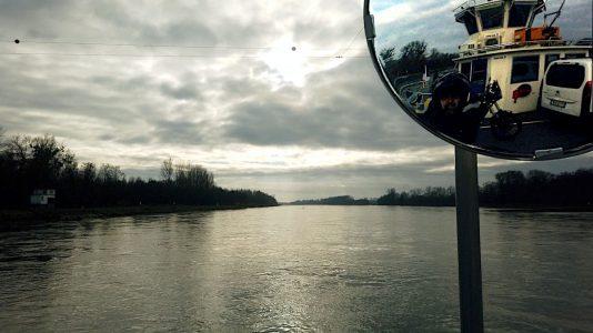 Mit der Reheinfähre verlassen Luzy und ich Deutschland in Richtung Frankreich. (Foto: Ruti)