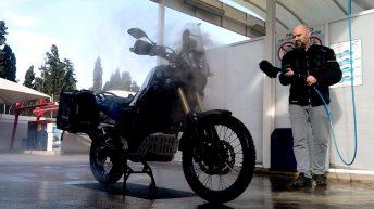 In Alicante bekommt Luzy ihre erste Dusche. (Foto: Ruti)