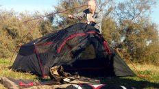 Zum ersten Mal auf meiner Motorrad-Reise baue ich mein Zelt auf. (Foto: Ruti)