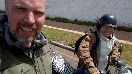 Sen (re.) und ich auf dem Weg zum Motorrad-Mechaniker (Foto: Ruti)