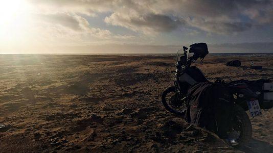 Am Plage Blanche kämpfe ich zum ersten Mal mit dem Sand. (Foto: Ruti)