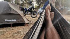 Zum ersten Mal auf meiner Motorrad-Reise habe ich Hängematte und Zelt aufgebaut. (Foto: Ruti)